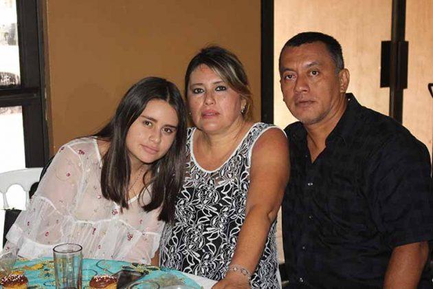 Larisa Mendoza, Luvia Domínguez, Adolfo Mendoza.