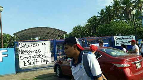 Normalistas de ENLEF Protestan por Incumplimiento de Minutas