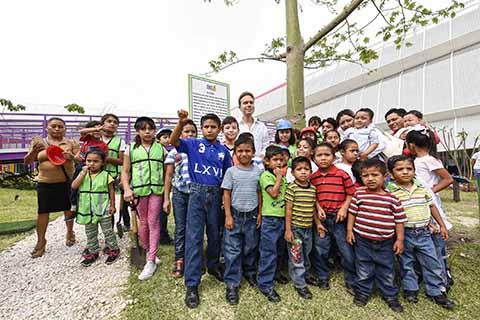 Junto a niñas y niños, el Gobernador plantó una Ceiba que representa el árbol sagrado para los Mayas.