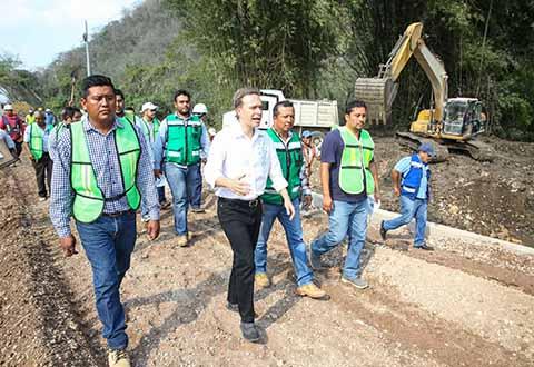 El Gobernador Manuel Velasco Coello, apuntó que en los diferentes municipios de la entidad se construyen, rehabilitan y modernizan las vías de comunicación, con el objetivo de que haya mejor movilidad económica y social.