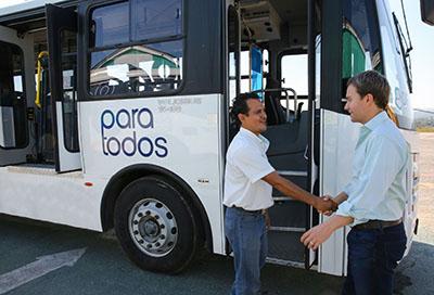 El Gobernador Manuel Velasco destacó que las nuevas unidades de transporte de Tuxtla Gutiérrez y Tapachula, cuentan con elevadores hidráulicos, señalización en lenguaje Braille, entre otras adecuaciones, para las personas con alguna discapacidad.