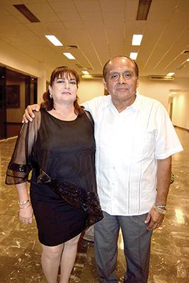Patricia Becerra junto a su esposo Miguel Torres.