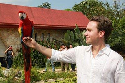 El Gobernador Velasco destacó que en Chiapas se trabaja por la conservación del patrimonio natural, logrando el decreto de áreas naturales protegidas como La Reserva de la Biosfera Selva El Ocote, que constituyen el hábitat de muchas especies catalogadas en peligro de extinción.