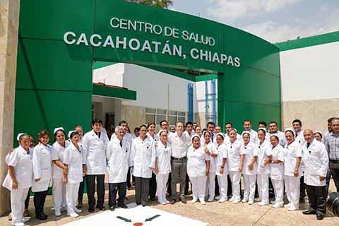 El mandatario estatal destacó los esfuerzos a favor de la salud de las chiapanecas, reflejados a través de la construcción de clínicas y áreas especializadas para atenderlas en hospitales y centros de salud.