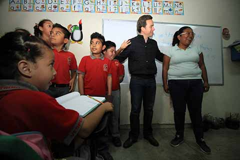 El gobernador Manuel Velasco Coello expresó su reconocimiento, admiración y cariño a las maestras y maestros en su día, a quienes reiteró que continuará trabajando en unidad en torno al objetivo común de mejorar la educación.