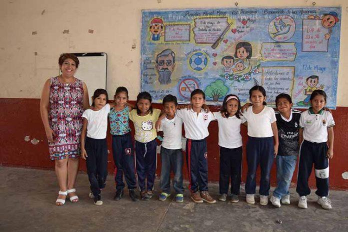 Los peques de 1ro. Y 2do. De primaria junto a su profesora Adriana Galván.