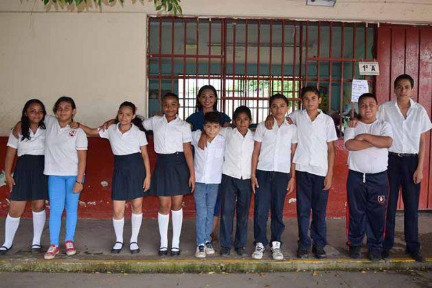 La profesora Daniela Reyes con sus alumnos de 5to. Y 6to. Grado.