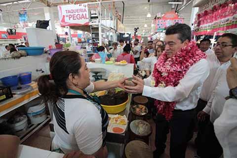 """Convive Rutilio con Locatarios del Mercado """"Juan Sabines"""""""