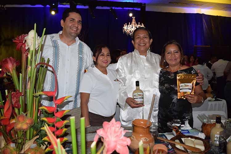 Carlos López, Xio Escobar, Valentín Cinco, Marite Cinco, con la marca Café Tak´ma.