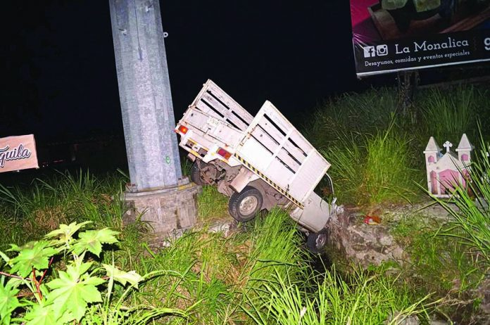 Abandonan Camioneta en Dren Pluvial