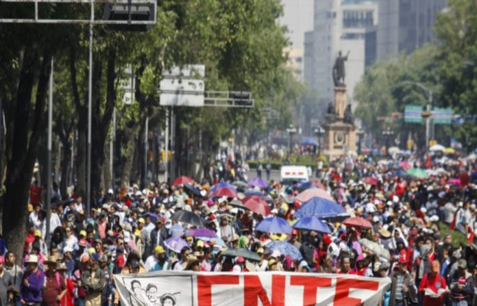 Con marchas y plantones, maestros exigen la abrogación de la Reforma Educativa, la reinstalación de maestros cesados y la reconstrucción de las escuelas dañadas por los terremotos del año pasado.