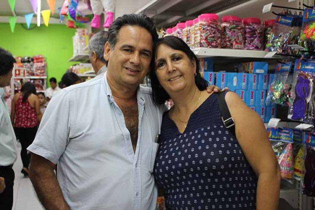 Carlos Córdova, Isabel Rueda, con las promotoras Barcel.