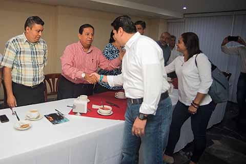 El candidato a la presidencia de Tapachula Enrique Zamora Morlet, acompañado del aspirante a la Diputación local, César Ramírez, escuchó planteamientos de los integrantes del Comité de Consulta y Participación Ciudadana –COCOPARCI-, encabezada por Jorge Gutiérrez Franco.