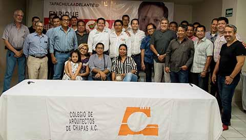 El candidato a la presidencia de Tapachula, firmó compromisos con los Colegios de Ingenieros y Arquitectos, entre ellos la creación del Museo de las Migraciones en las antiguas instalaciones del ferrocarril