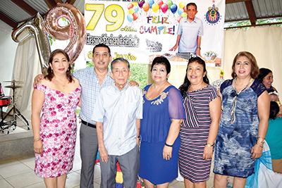 Erasmo Sánchez festejando con sus herederos Margarita, Raúl, Carolina, Rosario, Mary Carmen Sánchez.