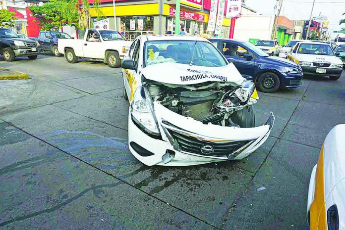 Chocan Taxistas por Falla en Semáforos