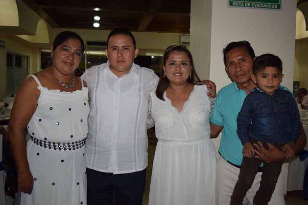 Liliana García, Cesil, Samuel Figueroa con los novios.