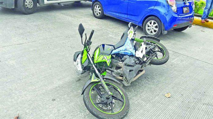Motociclista Causa Accidente en Corte de Circulación