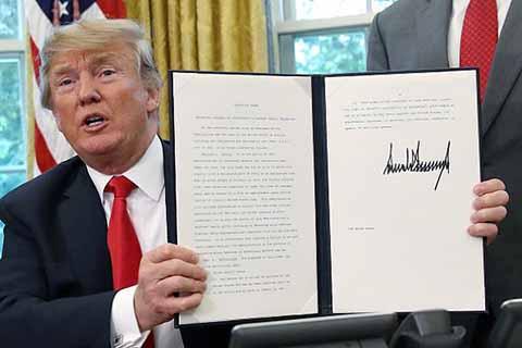 Trump Firma Orden Ejecutiva Para Mantener Unidas a Familias Migrantes