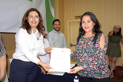Rosa Aide Domínguez, directora del ITT, haciendo entrega de su constancia a Elizabeth Morales.