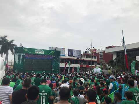 Las principales plazas centrales de Tapachula, Tuxtla Gutiérrez, San Cristóbal y Comitán, estuvieron abarrotadas con las pantallas que la iniciativa privada instaló para ver el partidos de México contra Alemania, selección a la cual le ganó 1-0.