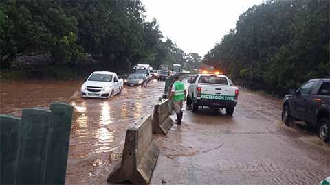 Lluvias Cusan Taponamiento en la Carretera Costera