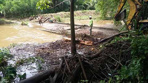 """Debido a la acumulación de ramas y basura, el río Mixixiapa en la Zona baja de Huixtla se desbordó afectando la comunidad """"Las Morenas"""", inundando cultivos de caña, maíz, entre otros."""