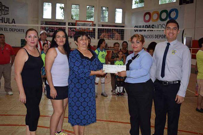 Dolores Magaña, secretaria; Dessiree Rueda, tesorera; Rosa Fong Guzmán, presidente de la liga recibiendo el cheque simbólico por los representantes del Colegio Anthar, Nancy Rico e Hiram Paz.