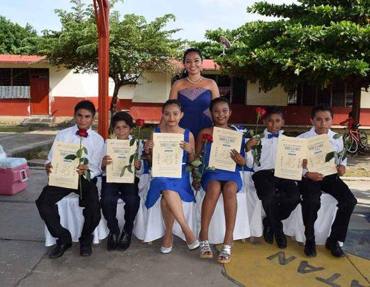 La generación 2012-2018 acompañados de su profesora: Daniela Reyes.