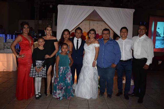 Familiares y amigos festejaron con los novios.