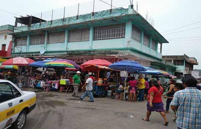 De la noche a la mañana, los laterales del mercado Sebastián Escobar y los cajones para estacionamiento vehicular –atrás de la iglesia San Agustín- fueron invadidos en su totalidad.