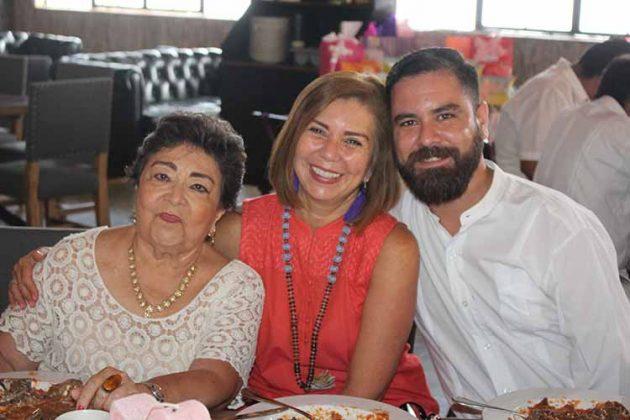 Martha de Espino, Maggy Espino, Arturo López.