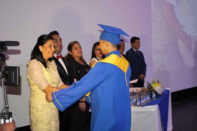 Ana Villalba, directora de la institución hizo entrega de documentos a sus egresados.