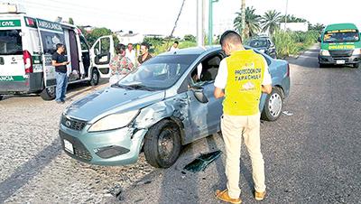 Cafre Provoca Fuerte Accidente al no Pasarse en Semáforo en Rojo