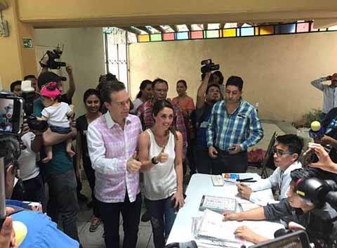"""Luego de conocerse los resultados de la encuesta rápida que dan como ganador a AMLO por la presidencia de la república, el Gobernador Velasco expresó sus felicitaciones, al tiempo de manifestar que """"es tiempo de reconciliación y unidad nacional""""."""