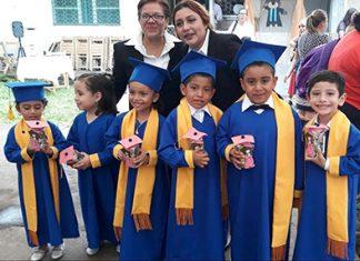 Los graduados junto a su directora Pao De la Cruz y Miss Mabel López.