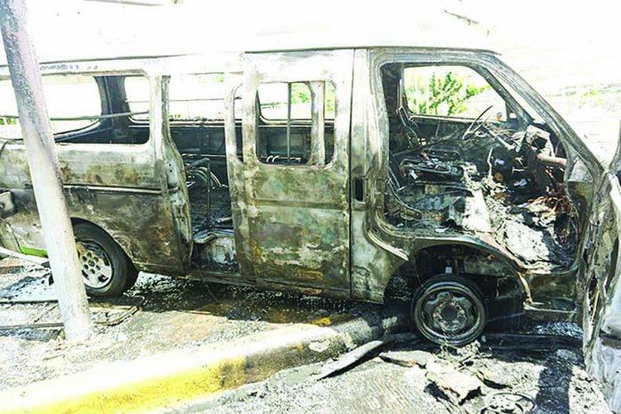 Se Incendia Combi en la Vía Pública