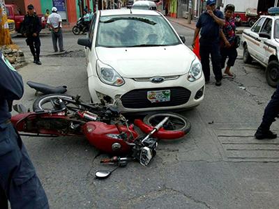 Motociclista fue Arrollado al Pasarse el Alto