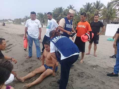 Personal Naval Rescata a Tres Personas Que se Ahogaban en Playas de Puerto Arista