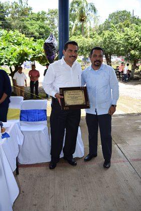 Ever Herrera Ibarra, recibió un reconocimiento por las gestiones administrativas realizadas para la construcción aulas y servicios sanitarios; lo entregó el director de la preparatoria, Carlos Alberto Espinal Liévano.