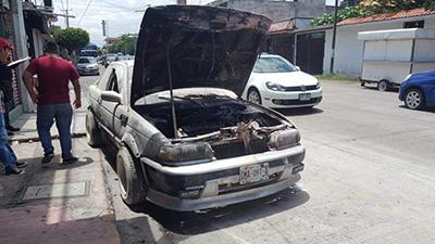 Se Incendia Auto en la Zona de Antros