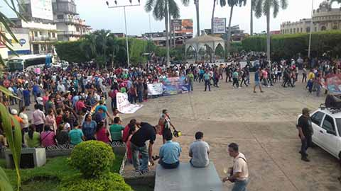 Marchan Maestros y Normalistas en Tapachula