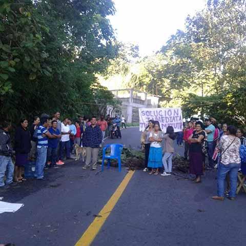 Por Desatención de Autoridades Educativas Padres de Familia Bloquearon la Carretera a Unión Juárez