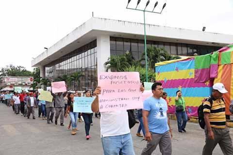Cientos de trabajadores sindicalizados del COAPATP, realizaron un mitin en protesta por las múltiples irregularidades que ocurren en ese organismo, señalando al actual alcalde de posibles actos de corrupción por los adeudos al IMSS, INFONAVIT, Hacienda, entre otros.