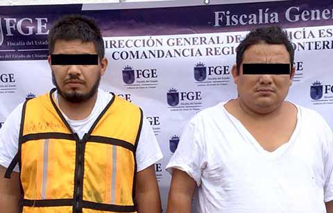 """Juan José """"N"""" originario de Tamaulipas y Román Alberto """"N"""" de Huixtla, fueron sorprendidos por policías estatales con el cargamento, en la garita aduanal en el tramo Comitán-La Trinitaria."""