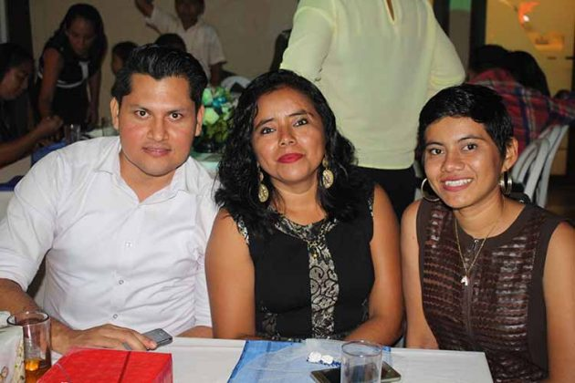 Alfredo Sánchez, Elizabeth, Karina Flores.