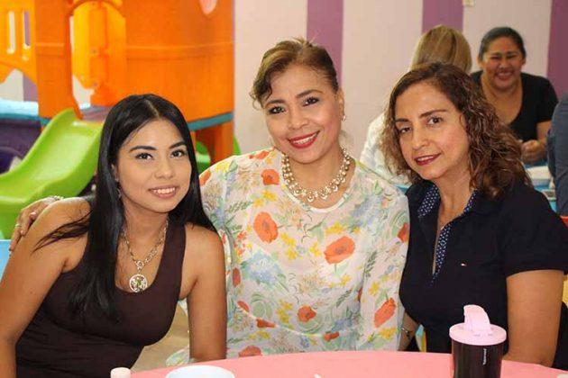 Alejandra Fierro, Reymar Fierro, Claudia Zenteno.