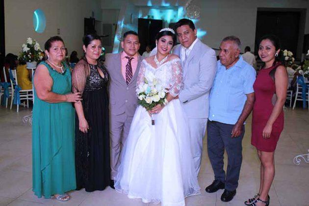 Brenda García & Julio Gómez en importante noche junto a sus padres y seres queridos.