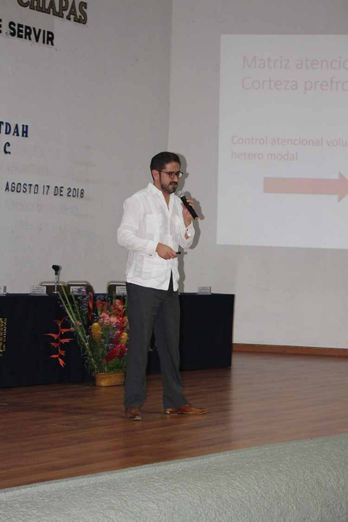 Pablo León Ortiz, director de Enseñanza del Instituto Nacional de Neurología fue el ponente.