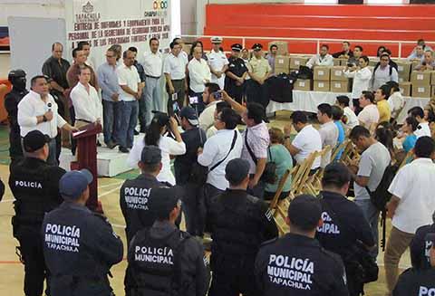 Entregan Uniformes y Equipamiento a Policías